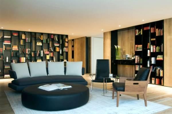 Красивый книжный шкаф в современной гостиной