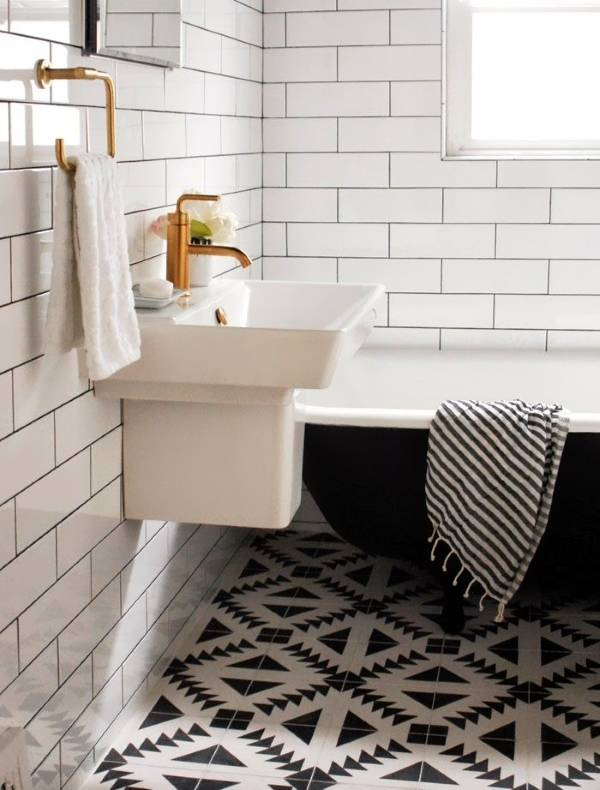 Стильная укладка плитки в ванной в геометрическим узором