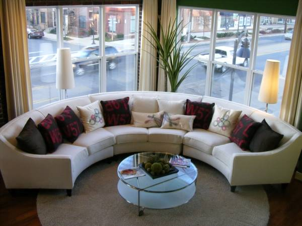 Полукруглый угловой диван в интерьере фото