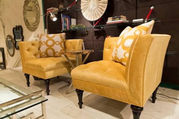 Стильные угловые кресла и столик между ними