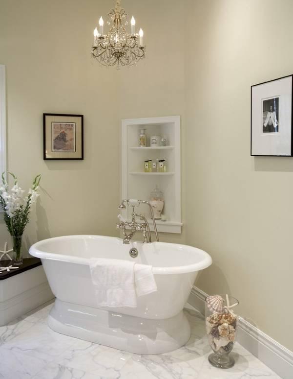 Встроенные угловые полки в ванной комнате