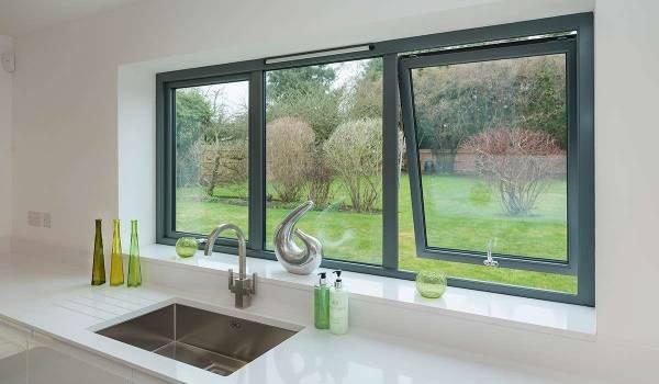 Алюминиевое окно на кухне