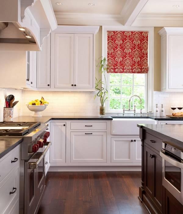Красные римские шторы для белой кухни