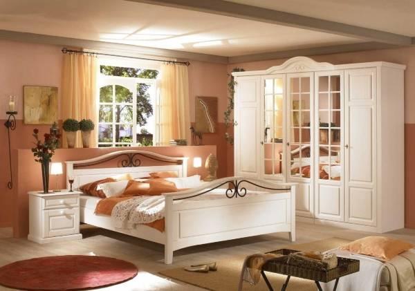 Белый шкаф в спальне в классическом стиле