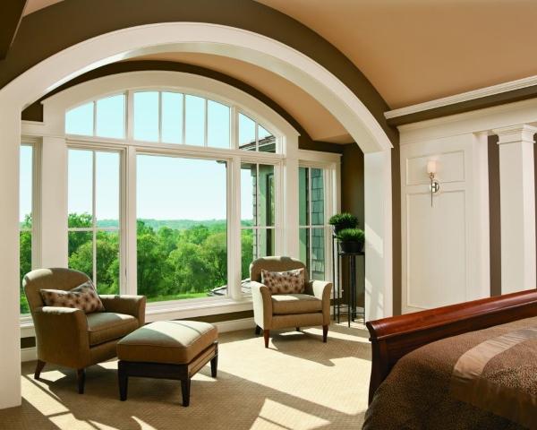 Большие и широкие арочные окна в доме