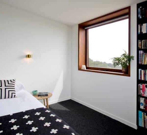 Дизайн окна в спальне - фото деревянного окна