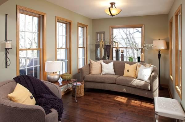 Красивые деревянные окна в доме - фото зала