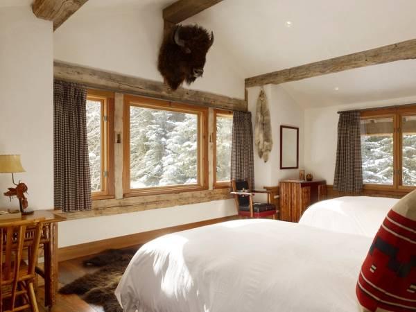 Деревянные окна в спальне в скандинавском стиле