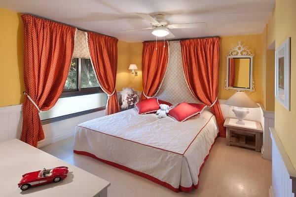 Римские шторы в спальне девочки подростка