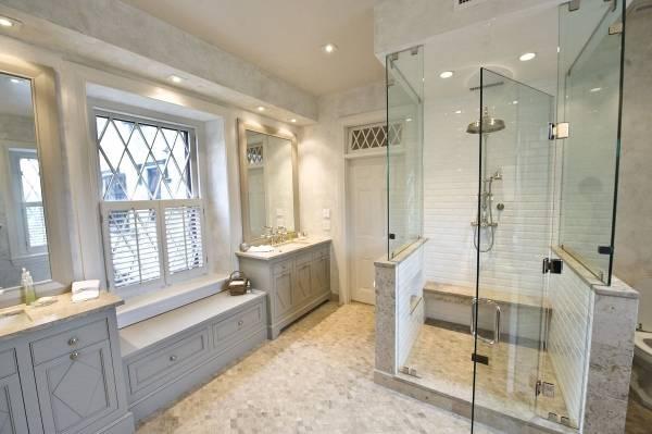 Красивые окна в дизайне ванной комнаты
