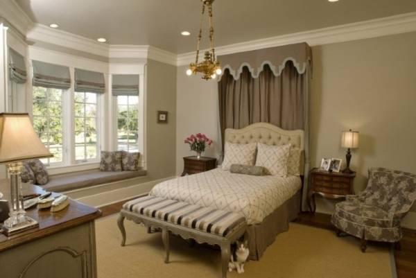 Двухцветные римские шторы в дизайне спальни
