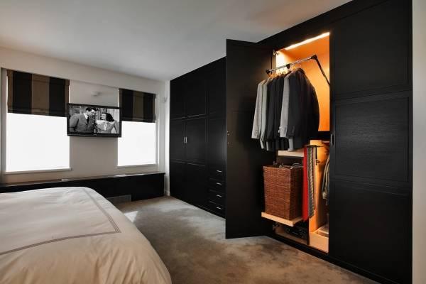 Современный встроенный шкаф в спальне