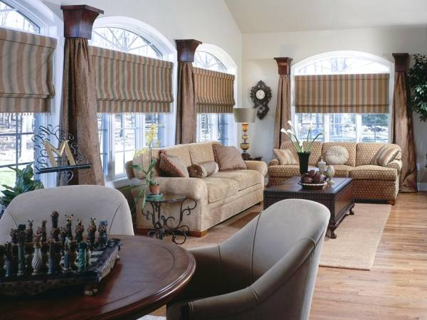 Полосатые римские шторы для гостиной