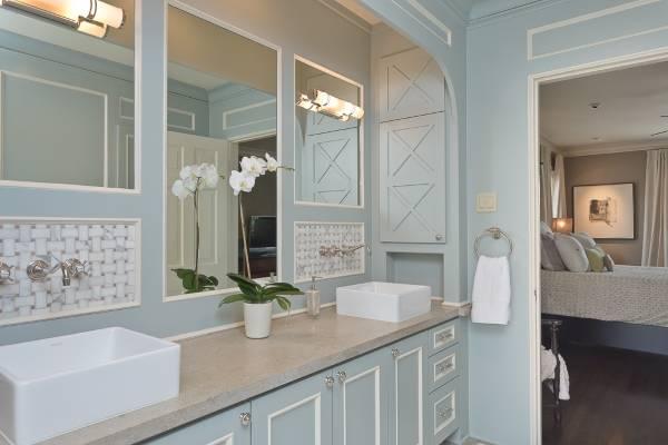 Голубая мебель для ванной в стиле прованс