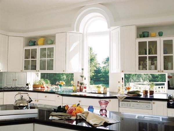 Дизайн окна на кухне - фото интерьера частного дома