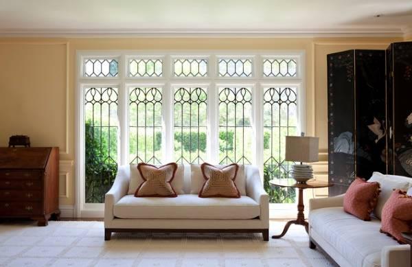 Стильный дизайн окна в гостиной - фото