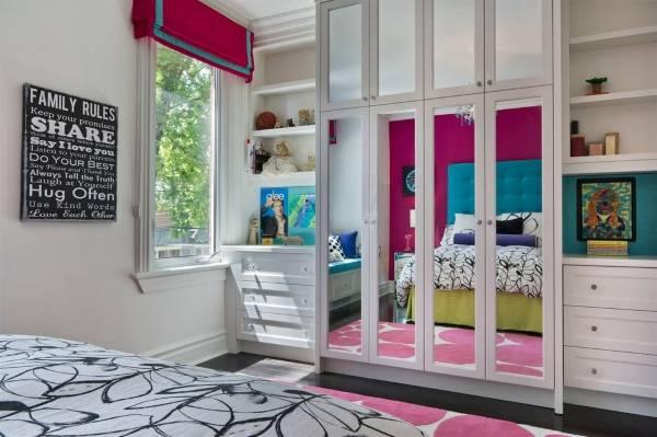 Встроенный шкаф с открытыми полками в спальне