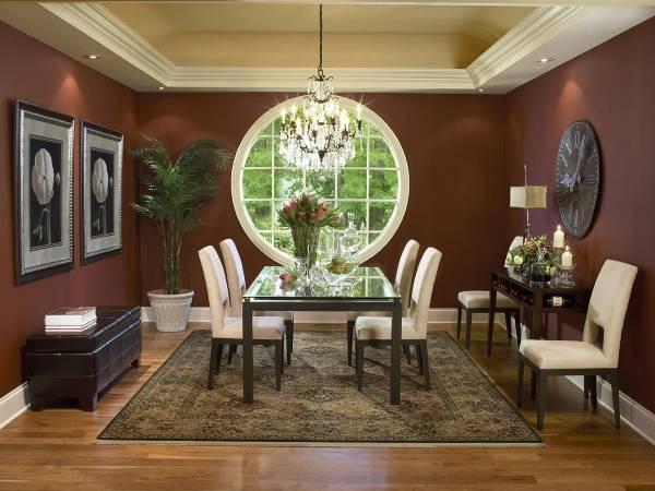 Круглое окно в интерьере столовой