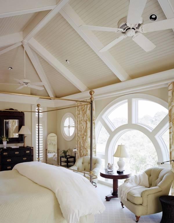 Круглые окна в спальне частного дома