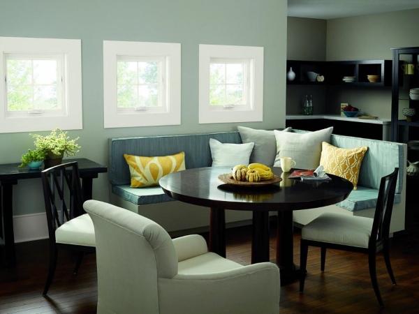 Маленькие окна в гостиной на фото