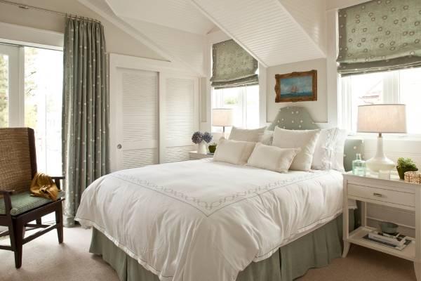 Маленький встроенный шкаф купе в спальню