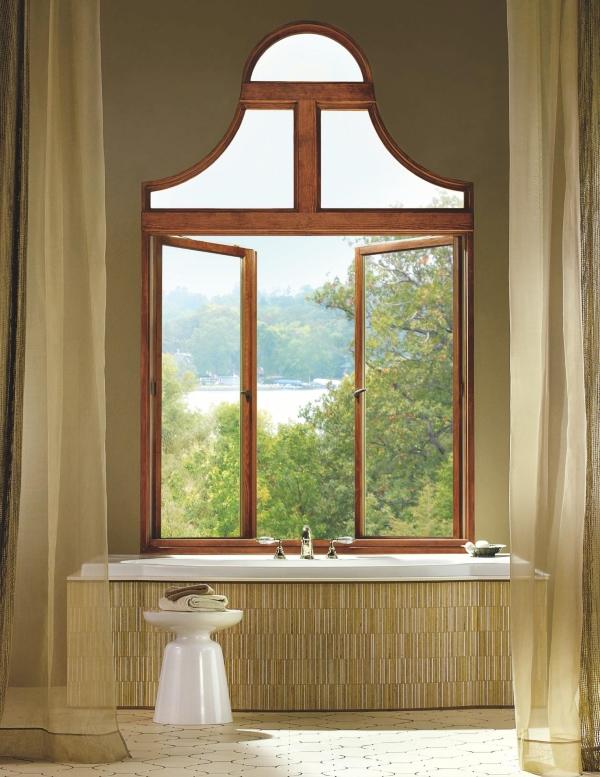 Необычное деревянное окно в ванной комнате