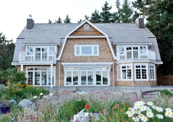 Стильная отделка фасада дома - фото облицовки черепицей