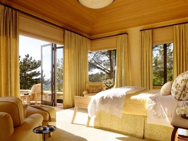 Бамбуковые римские шторы в интерьере спальни