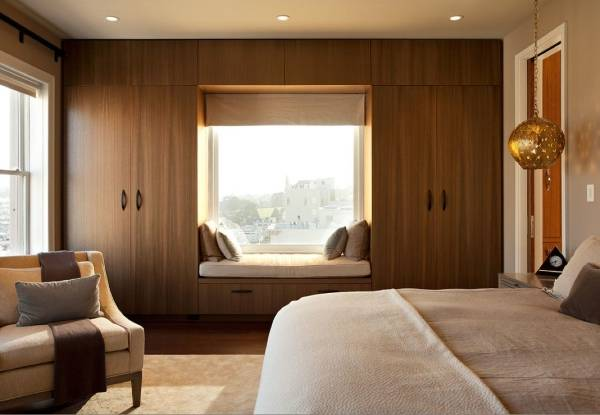 Встроенный шкаф в спальне - фото вокруг окна
