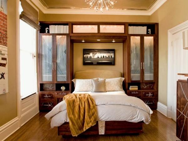 Встроенные шкафы в спальне по бокам кровати