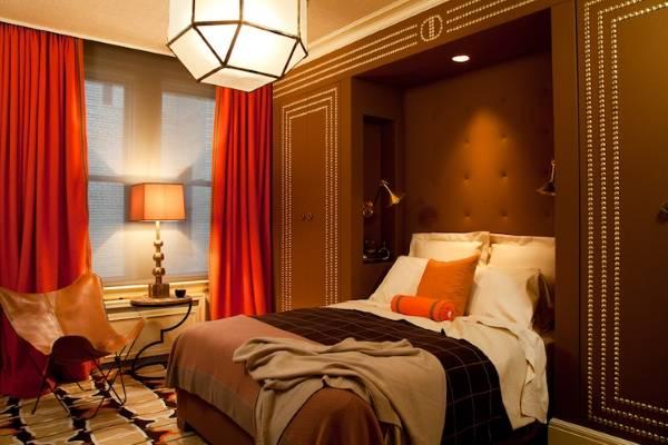 Встроенные шкафы по бокам кровати в спальне