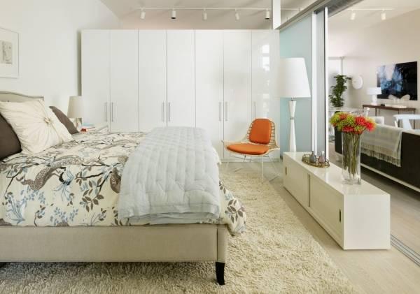 Современный шкаф в спальне в белом цвете