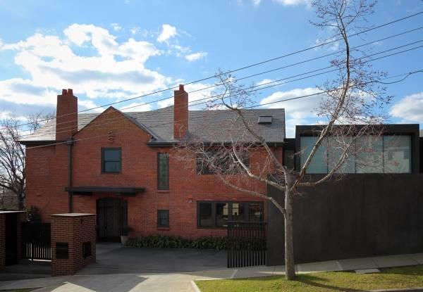 Дизайн фасада дома из красного кирпича