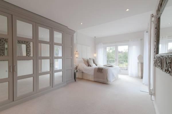 Встроенный шкаф в спальне в пастельных тонах