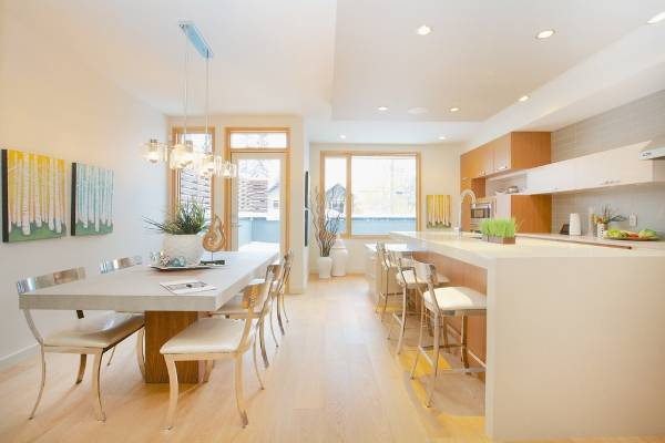 Белые обеденные столы и стулья для кухни фото