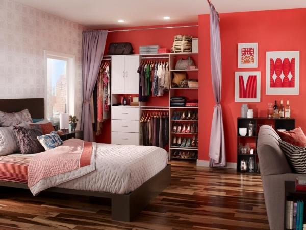 Встроенный шкаф в спальне со шторами