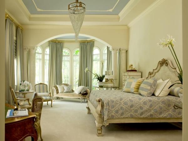 Высокие арочные окна - фото спальни в классическом стиле
