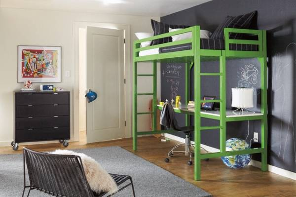 Зеленая кровать чердак в интерьере
