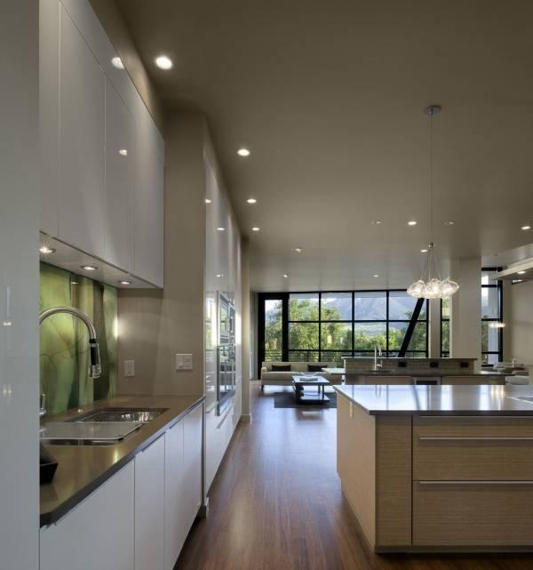 Дизайн кухни в доме в стиле хай тек