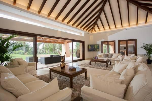 Белая гостиная в стиле high tech в частном доме