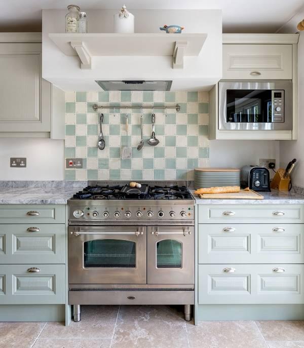 Бело зеленая кухня с мятным оттенком