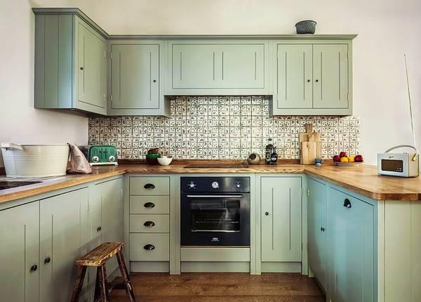 Интерьер кухни 2016 - фактурная плитка для фартука