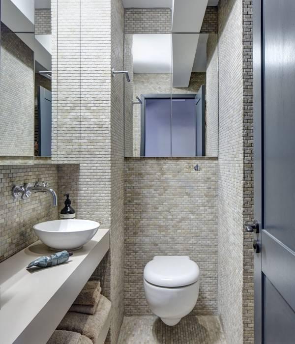 Шкаф в туалете с зеркальными дверцами