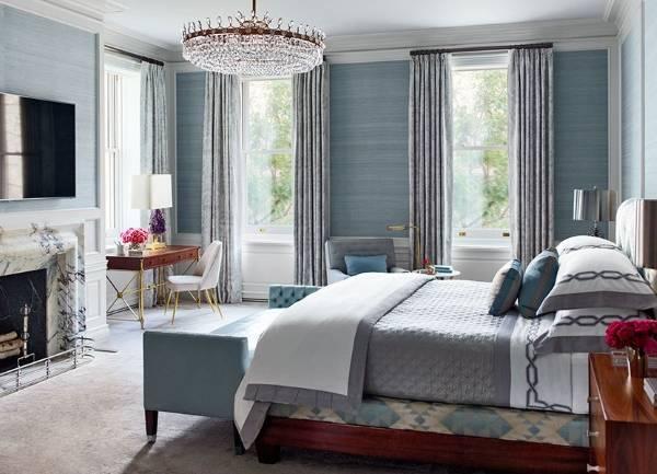 Светлые голубые обои в интерьере спальни