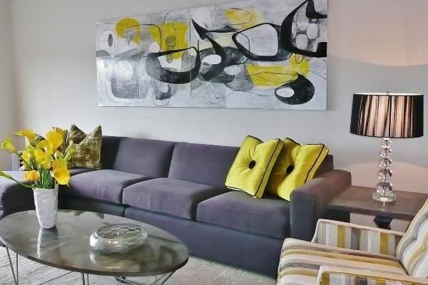 Неоновый желтый цвет в интерьере гостиной