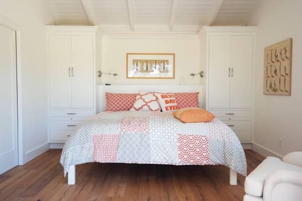 Белая мебель для спальни с красным и бежевым декором