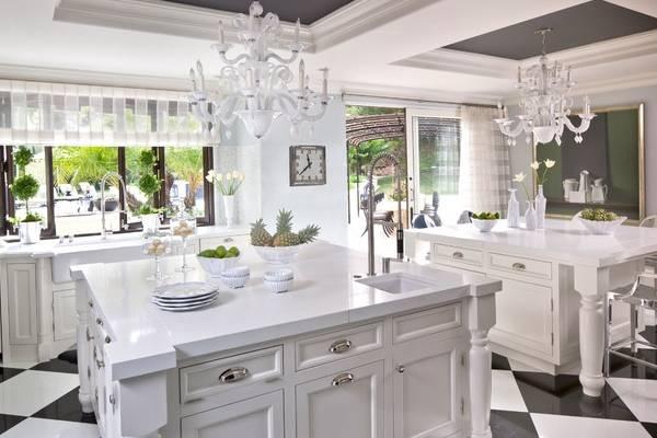 Белые шторы тюль в дизайне кухни