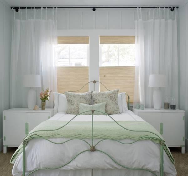 Деревенский дизайн белой спальни - фото с зелеными акцентами