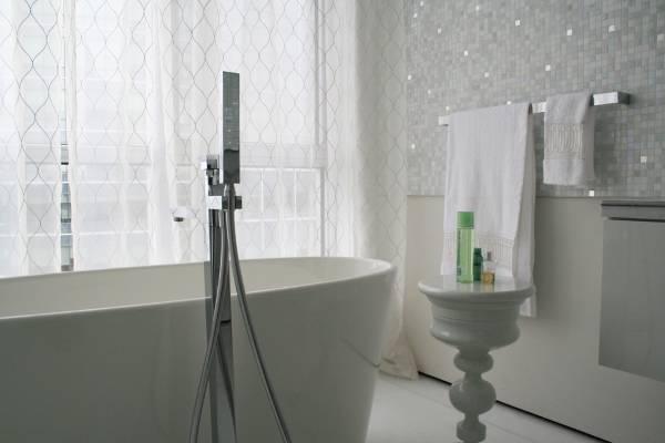 Блестящие тюлевые шторы фото в ванной