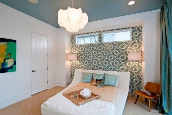 Бирюзовые обои и потолок в дизайне спальни